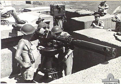 Crew_with_3.7_inch_AA_gun_rangefinder_Lytton_Qld_Nov_1943_AWM_060059