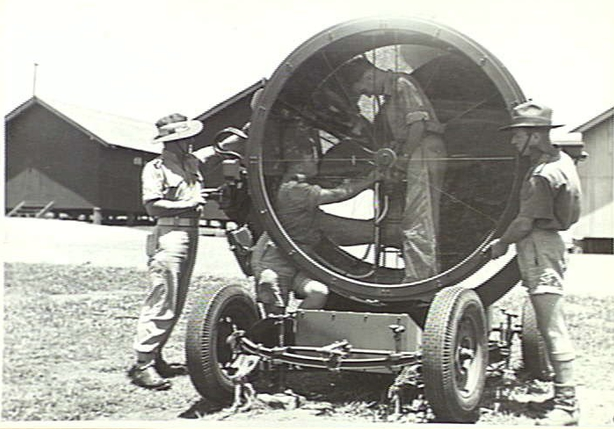 Heavy_battery_crew_with_searchlight_Lytton_Qld_Nov_943_AWM_060036