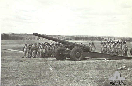 155_mm_gun_and_crew_Lytton_Qld_Nov_1943_AWM_060027